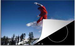 KitchenYeah Luxe inductie beschermer Snowboarden - 78x52 cm - Een snowboarder doet een trucje in zijn sprong - afdekplaat voor kookplaat - 3mm dik inductie bescherming - inductiebeschermer