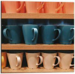 Beige KuijsFotoprint Dibond - Kleurrijke Mokken op Houten Planken - 50x50cm Foto op Aluminium (Met Ophangsysteem)