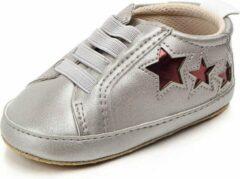 Jodeledokie Zilveren sneakers met rode sterren - Kunstleer - Maat 18 - Zachte zool - 0 tot 6 maanden