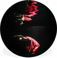 WallCircle Onderwaterfoto van een vrouw in een rode jurk - ⌀ 120 cm - rond schilderij - fotoprint op aluminium / dibond / muurcirkel / wooncirkel / tuincirkel (wanddecoratie)