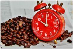 KuijsFotoprint Poster – Koffiebonen met Rode Wekker - 90x60cm Foto op Posterpapier