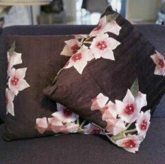 Fuchsia HoP Brand - HOYA pillow - velvet sierkussen - fluwelen bloemmotief zwart met hoya bella bloemen voor #hoyalovers
