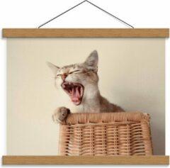 Beige KuijsFotoprint Schoolplaat – Gapende Kat op Rieten stoel - 40x30cm Foto op Textielposter (Wanddecoratie op Schoolplaat)