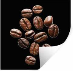 StickerSnake Muursticker Koffieboon - Gebrande koffiebonen in een studio licht tegen zwarte achtergrond - 120x120 cm - zelfklevend plakfolie - herpositioneerbare muur sticker XXL / Groot formaat!