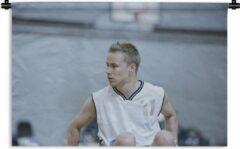 1001Tapestries Wandkleed Rolstoelbasketbal - Een jongen met een wit hemd speelt rolstoelbasketbal Wandkleed katoen 150x100 cm - Wandtapijt met foto