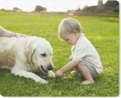 Bruine MousePadParadise Muismat Honden & Baby - Een hond met een kind in het gras muismat rubber - 23x19 cm - Muismat met foto
