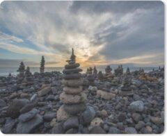 Blauwe MousePadParadise Muismat Cairns - Een stenenstrand vol met cairns tijdens de zonsondergang muismat rubber - 23x19 cm - Muismat met foto