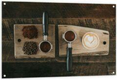 Beige KuijsFotoprint Tuinposter – Gemalen Koffiebonen en Koffie op een Plankje - 120x80cm Foto op Tuinposter (wanddecoratie voor buiten en binnen)