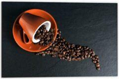 Oranje KuijsFotoprint Dibond - Koffiekop met omgevallen Koffiebonen - 60x40cm Foto op Aluminium (Wanddecoratie van metaal)