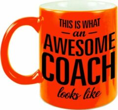 Bellatio Decorations This Is What An Awesome Coach Looks Like Tekst Cadeau Mok / Beker - Neon Oranje - 330 Ml - Coach / Trainer Kado