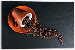 Oranje KuijsFotoprint Forex - Koffiekop met omgevallen Koffiebonen - 60x40cm Foto op Forex