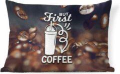 PillowMonkey Sierkussen Koffie Quotes 2 voor binnen - Koffie quote 'But first koffie' op een achtergrond met koffiebonen - 50x30 cm - rechthoekig binnenkussen van katoen