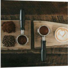 Beige KuijsFotoprint Forex - Gemalen Koffiebonen en Koffie op een Plankje - 80x80cm Foto op Forex