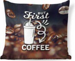 PillowMonkey Sierkussen Koffie Quotes 2 voor binnen - Koffie quote 'But first koffie' tegen een achtergrond met koffiebonen - 60x60 cm - vierkant binnenkussen van katoen