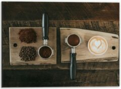 Beige KuijsFotoprint Dibond - Gemalen Koffiebonen en Koffie op een Plankje - 40x30cm Foto op Aluminium (Wanddecoratie van metaal)