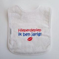"""Witte Onze Miep Slab met de tekst: """"Hieperdepiep ik ben jarig!"""""""